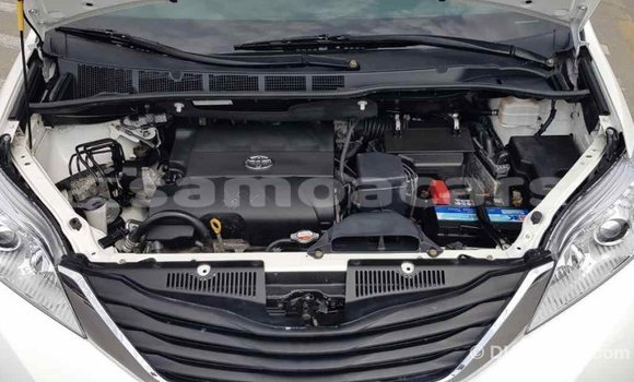 Buy Import Toyota Sienna White Car in Import - Dubai in A'ana